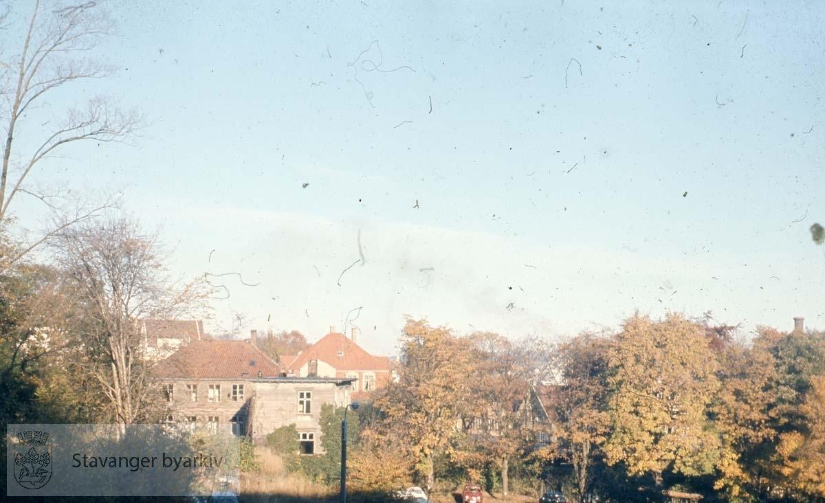 Bergene .Ved Eiganes. Eiendommen lå i skråningen på vestsiden av Vågen. Den gjennomskjæres i dag av Lars Hergervigs gate ved Straensenteret.