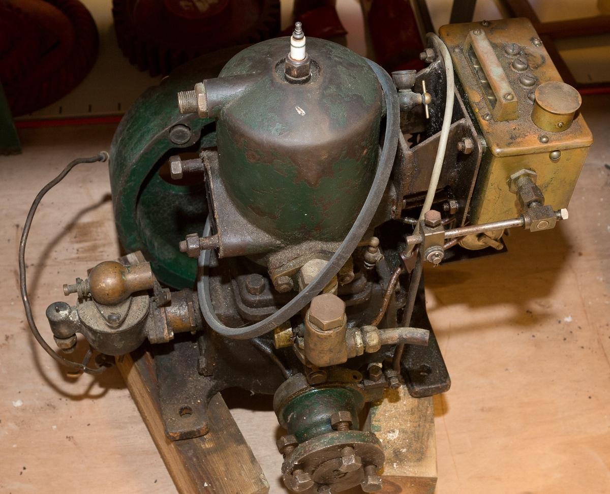 Grønnmalt båtmotor i 4 deler, motor, propell med aksling, eksospotte og diverse rør og slanger.