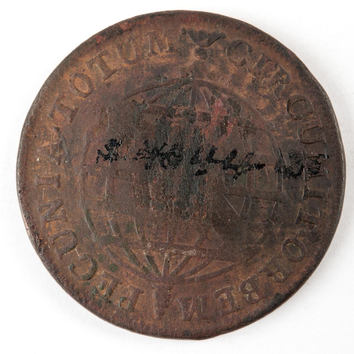 """Portugisiskt eller brasilianskt kopparmynt med devisen """"Circumit Orbem Pecunia Totum"""", otydbart präglingsår"""