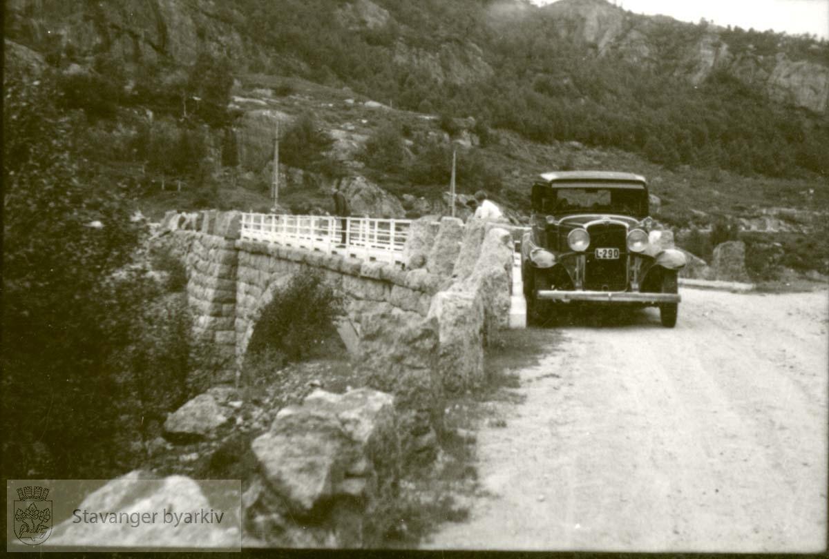 Bil på steinbro, reg.nr. L-290