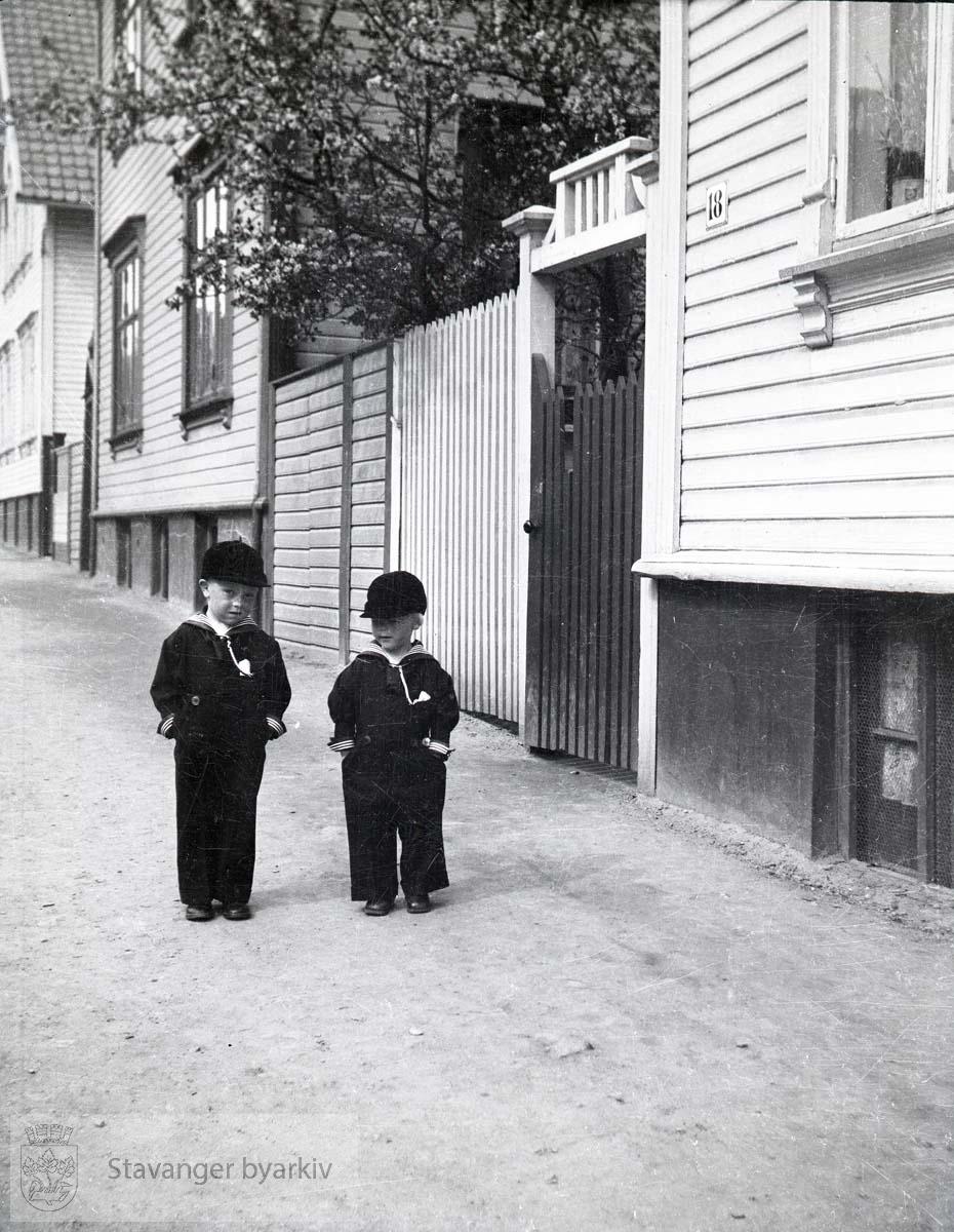 Jan Christian og Per spaserer ned gate..Hjelmelandsgata 18 nærmest til høyre..Deretter nr. 16 og 14
