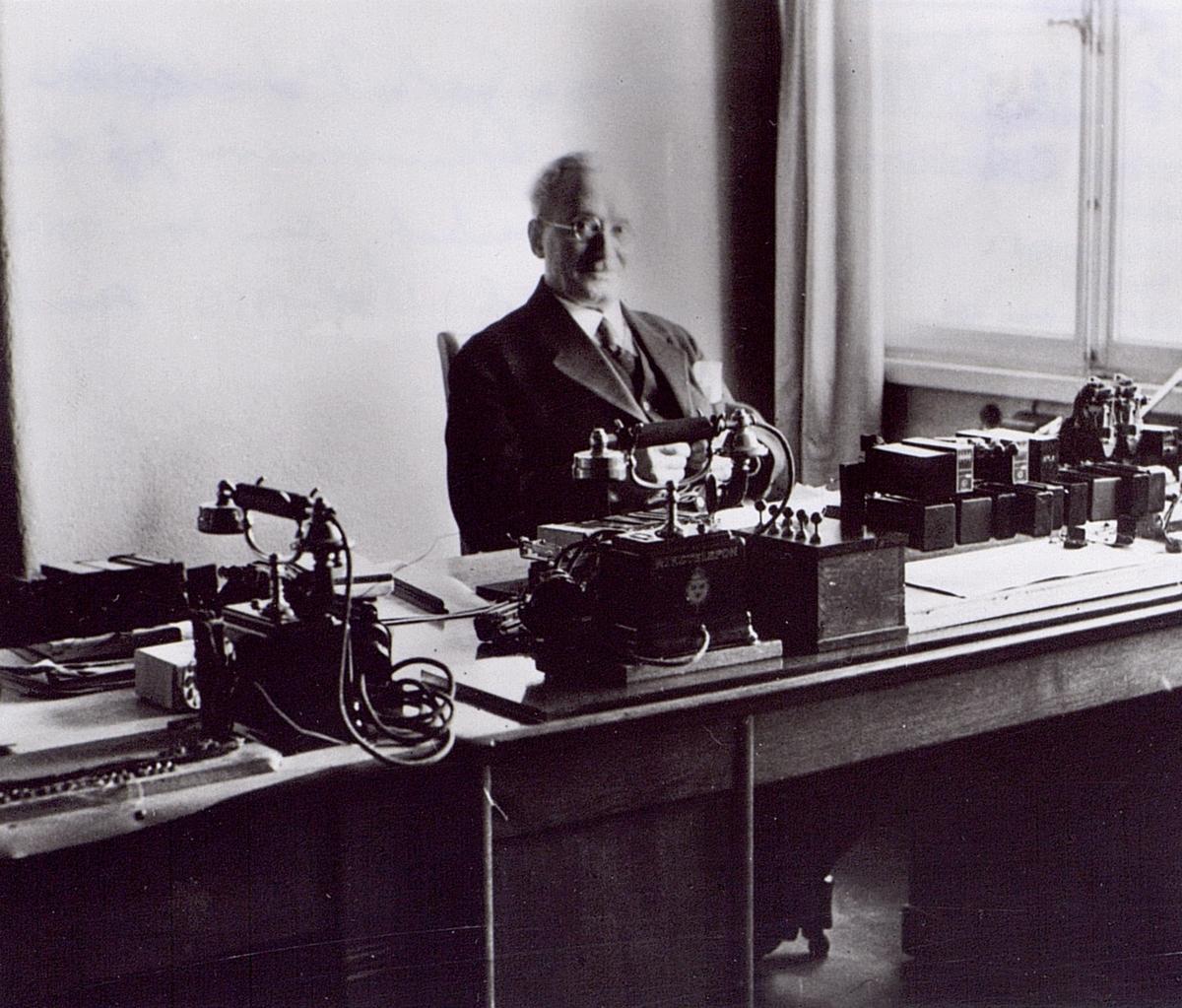 Ingenjör G.A. Betulander i sitt tjänsterum på telegrafverket, där han var anställd 1891-1910 samt 1920-1936.
