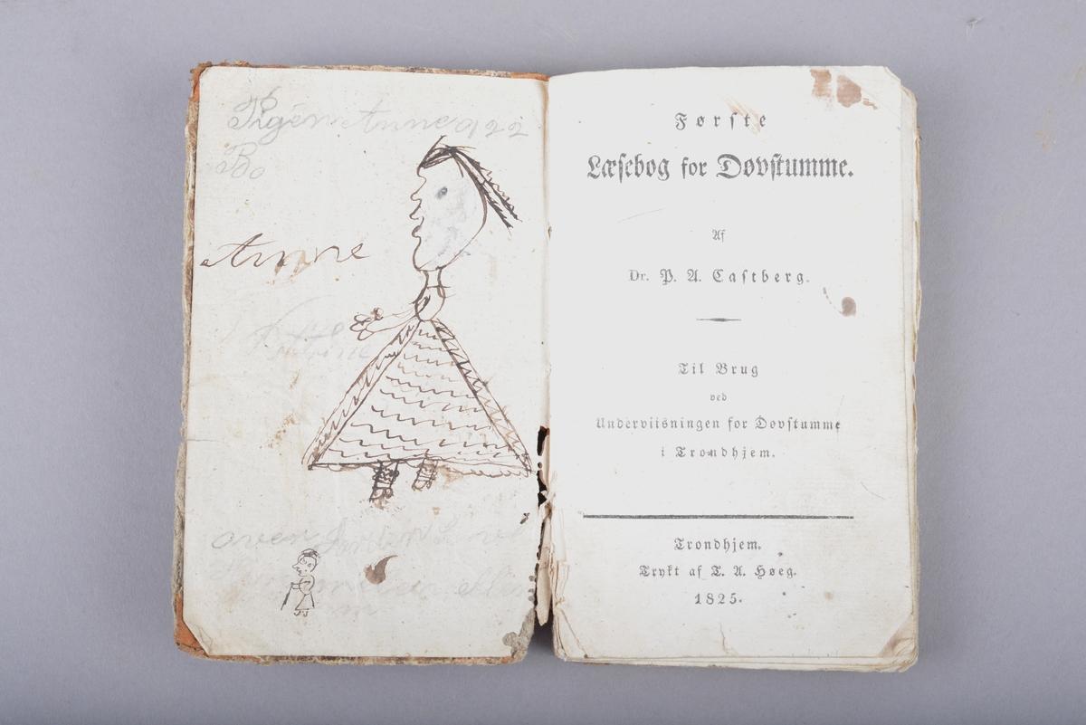 Innbudet bok. Boken er et halvbind med skinn på bokryggen. Marmorert omslag. Håndskrevet tekst på for- og ettersats. Det er også utydelige ord og bokstaver skrevet med blekk og blyant. To tegninger på forsatsen. Disse tegningene er trolig tegnet av barn og viser en ung jente med kjole og en gammel dame med en stokk.