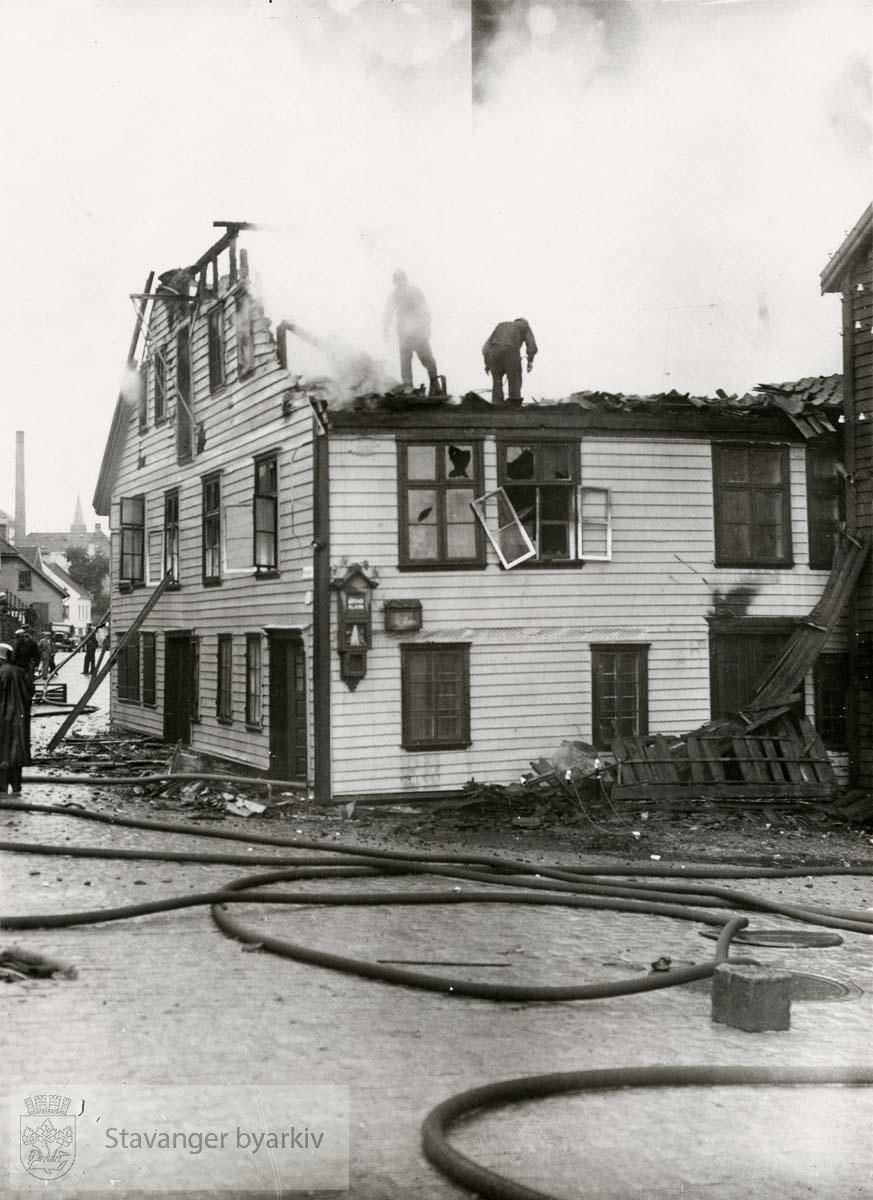 Brannmenn i gang med slukkingsarbeidet i Verksgata 78.