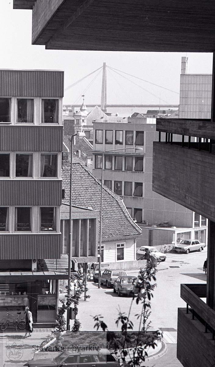 Fra Svømmehallbygget mot Tveteraas-gården og Ankertorget