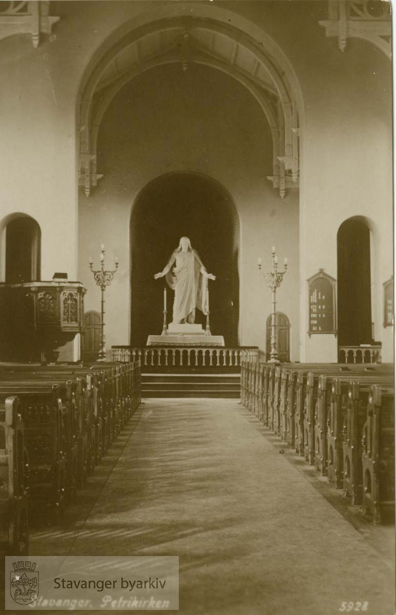 Petrikirken, interiør mot alter med Torvaldsens Kristusfigur
