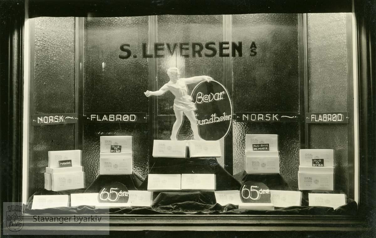 Norsk flatbrød..Leversen skriver i album:.Også denne idé blev akseptert i USA og blev reprodusert i likhet med ovenstående Sonja-utstyr [jfr. bildenr. 025 i denne serie].