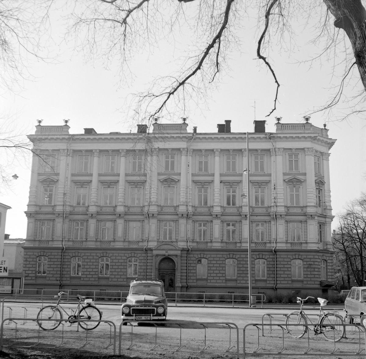 Det pampiga stenhuset med adress Järnvägsgatan 8, erhöll en överbelastad arkitektur efter mönster från italiensk renässans. Det storslagna uttrycket avsåg att imponera på dem som färdades med tåg förbi Linköping. Huset uppfördes 1889-90 efter ritningar av Janne Lundin.