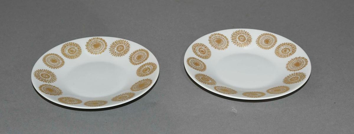 Servise av glassert keramikk. Hvit grunnfarge med malt dekor i gullfarge.