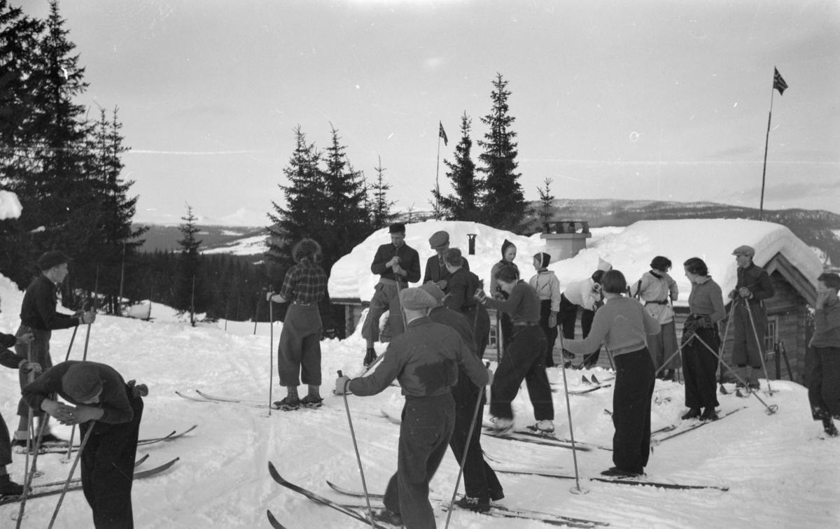 Austre Gausdal Ungdomslag på skitur ved Lassesætra