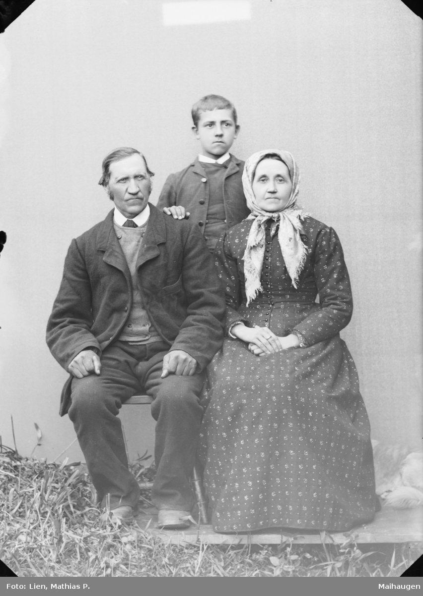 Familie med foreldre og sønn. Etter MPLs regnskapsbok er det antatt Mathias O. Sperstad