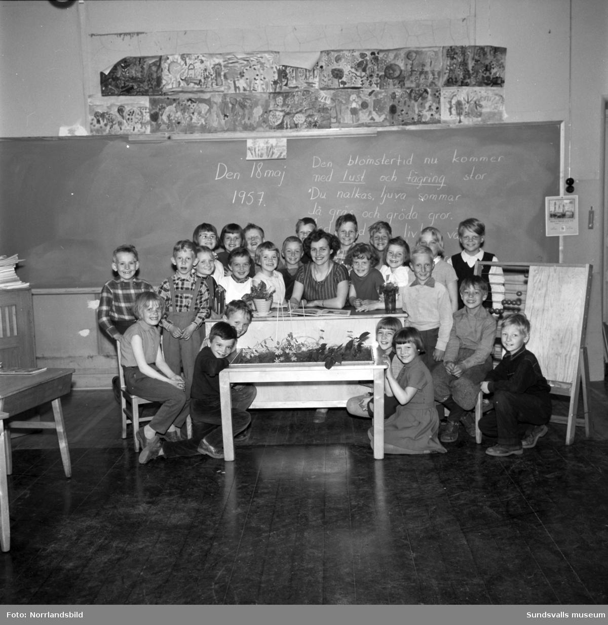 Klass 1A i Skönsberg med sin fröken Maj-Lis Dahlberg.