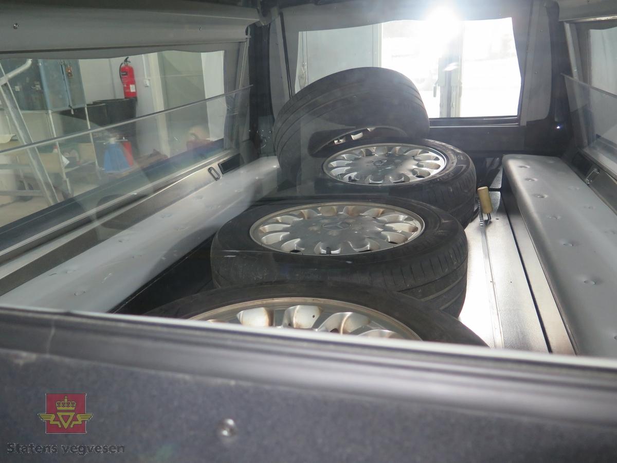 Svart bil på 4 hjul.  Antall aksler 2. Karosseri av stål. Svart tekstil interiør. Antall seter er to. Fargen er svart. Tillatt totalvekt 2 720 kg Motoren er en 5 sylindret rekkemotor med et slagvolum på 2685 cm3, Drivstoffet er diesel. Motorytelse/effekt er 130 KW (177 HK). Motortypen er OMG 47.961. Dekk foran er 225/55 R 16. Dekk bak 225/55 R 16. Kilometerstand den 04.01.2017 var 173 290. Bilen har plass for å frakte med seg kiste. Bilen kan også frakte to kister med litt tilpassing i varerommet. Det følger med ulike symboler for bruk på taket, Bilen står på vinterdekk, sommerdekk følger med.