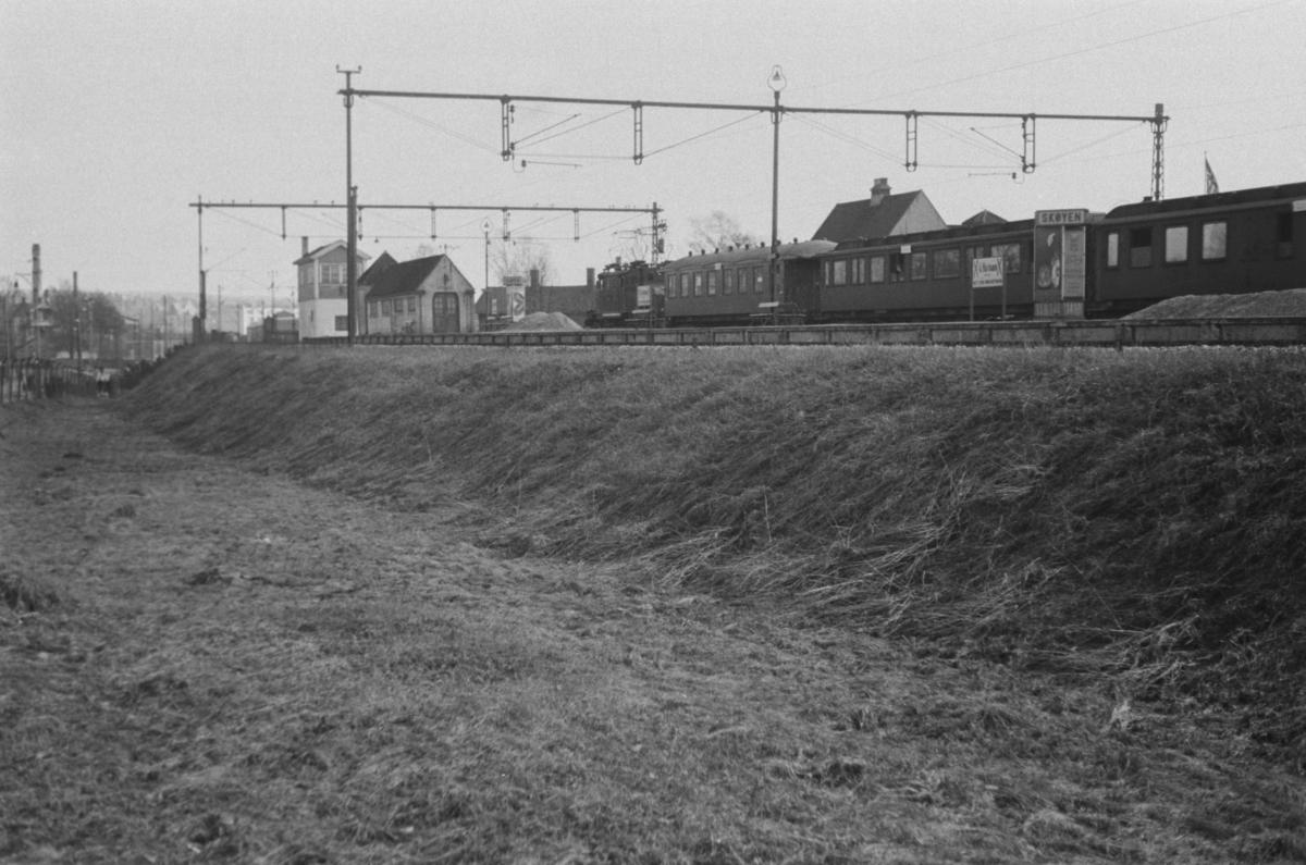 Elektrisk lokomotiv type El 1 med persontog til Oslo V passerer Skøyen stasjon.