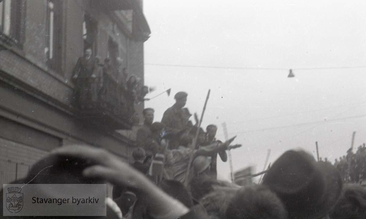 Tatt kort tid etter frigjøringen fra okkupasjonen , .2. verdenskrig. Fredsdagene 1945.. .Folk på balkongen.