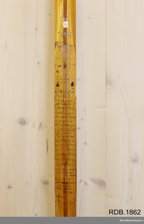 Tilnærmet jevnbred, avsmalende ski med liten bue. Bøy uten tupp. Avrundet bakende med litt oppbøy. Dekorert med ei brun stripe på trehvit bunn.  Skiet har flere stempel etter skisesongen 1966.