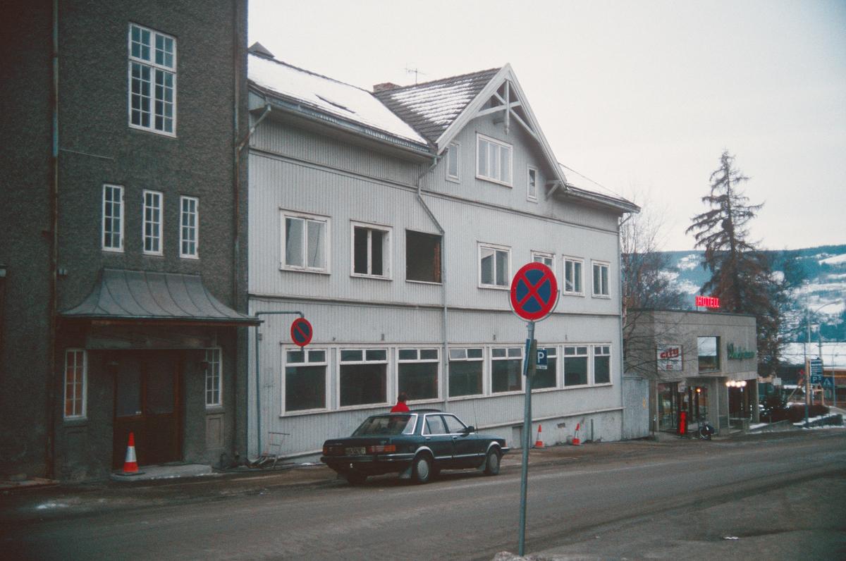 Lillehammer.  Dølaheimen Breiseth Hotell.  Det lyse huset ble revet for å gi plass til utvidelse av hotellet.  Sett mot sør-vest fra Jernbanegata.
