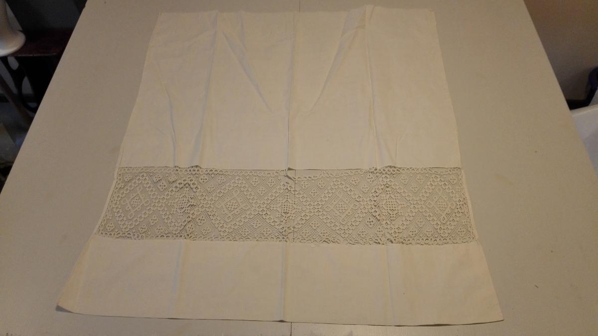 1 sogneforkle  Sogneforkle av hvit lin, firkantet 80 x 88 cm. 15 cm fra nedre kant er innfelt en 18 cm bred filert bord. En ny type for samlingene.   Kjöpt av gårdbruker Aksel Ovrid, Vik i Sogn.