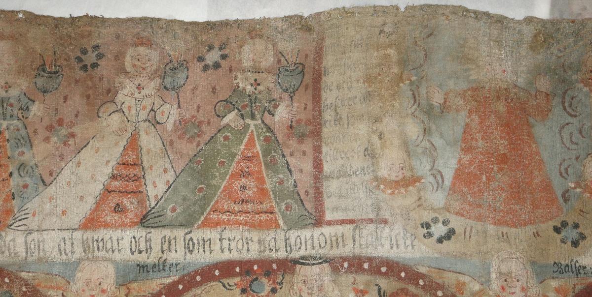 Bonadsmålning av konstnär i Allbo-Kinnevaldgruppen målad i tempera - pigment, ägg och ev mjöl (Nyström, 2012:150-151)  på en skarvad och återanvänd linnedrätt, hängklädnad eller väggbonad med tuskaftsväv i botten och blå geometriska mönster upphämta. Motiv med jesusbarnet de tre vise männen ridande i mitt och de visa o de fåvitska jungfruar ovanför, samt mytologiska djur i nederst raden.  Jämför målningen med bonadsmålningen L 1478 troligen av samma konstnär.