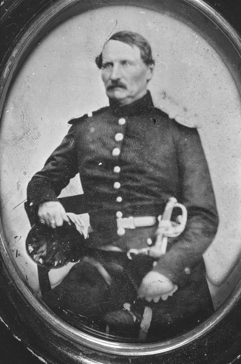 Kaptein J. E. Colbjørnsen i uniform, ca 1860