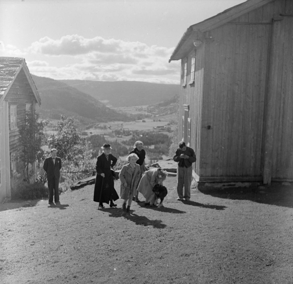 Personer på tunet på Nordre Einstad