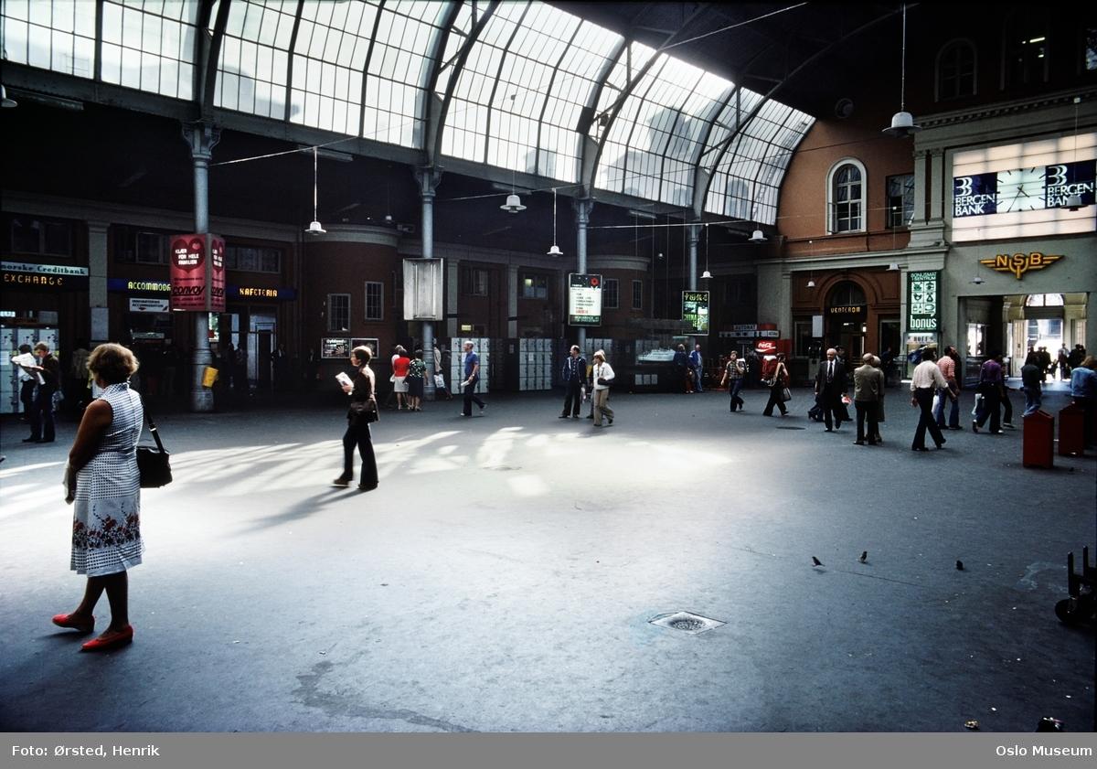 Østbanestasjonen, interiør, stasjonshallen, mennesker, oppbevaringsbokser, reklame, fugler