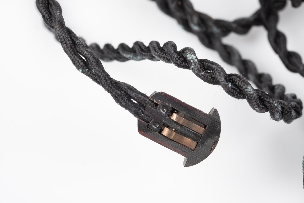 Ørepropper som kobles til radioen. Den har svart flettet ledning og propper i plast som kan fjernes fra ledningen.