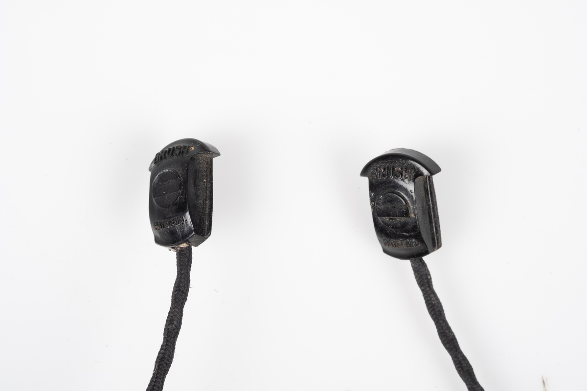 Ledning til ørepropper som kobles til radio.