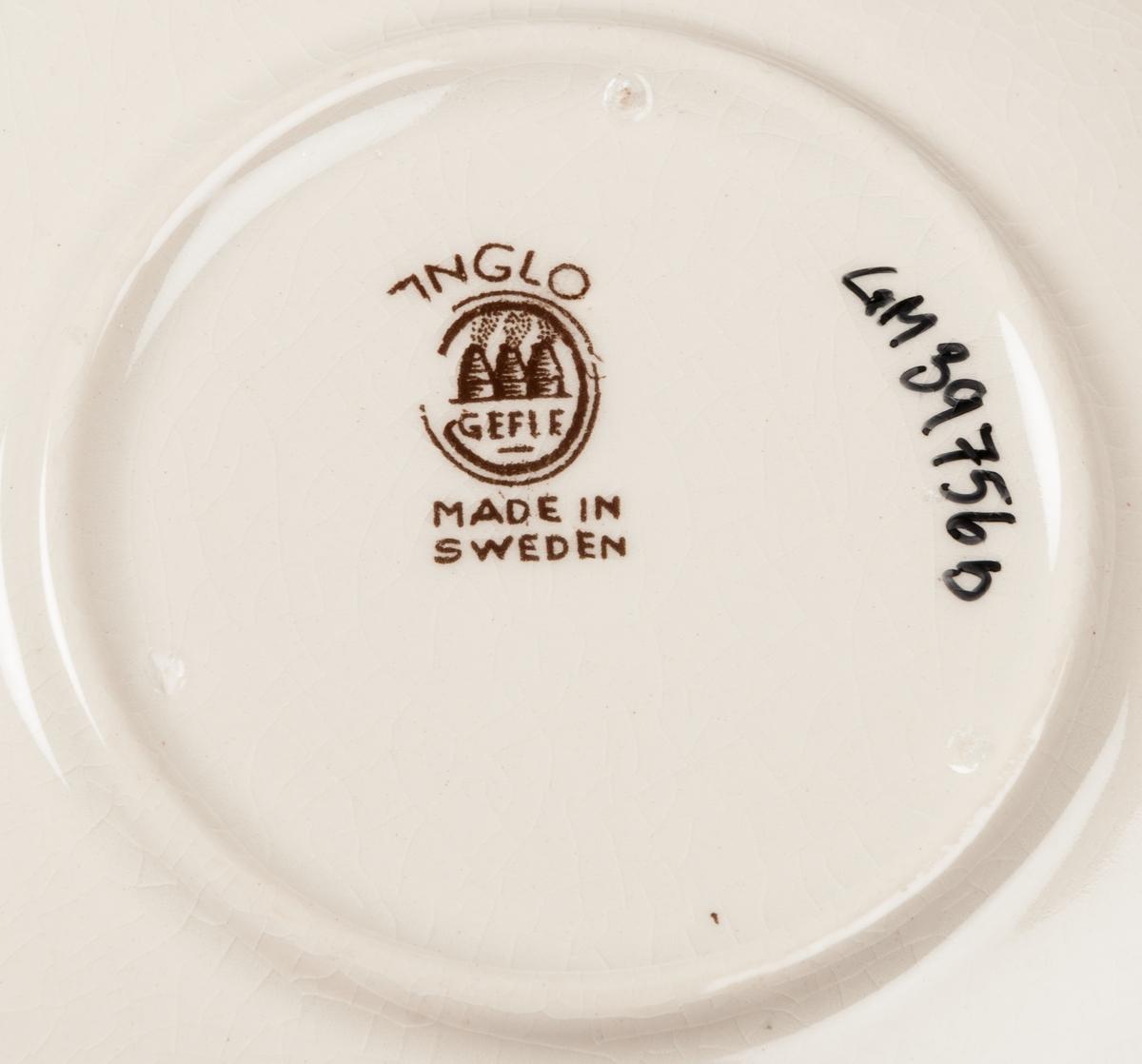 Kaffekopp med fat. Modell N. Dekor: Anglo.  Brun dekor av naturtrogna rosor mot vit botten.