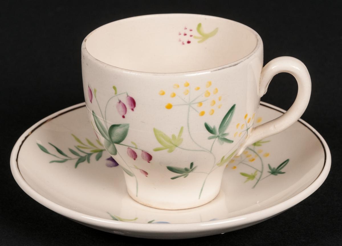 Kaffekopp med fat, vit botten med handmålad dekor av blommor. Modell AX dekor Skogsblommor.