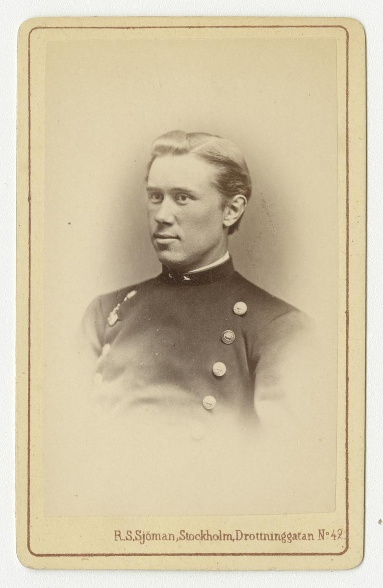 Porträtt av Carl Georg Pfeiff, underlöjtnant vid Västgöta regemente I 6.  Se även bild AMA.0021859 och AMA.0021949.