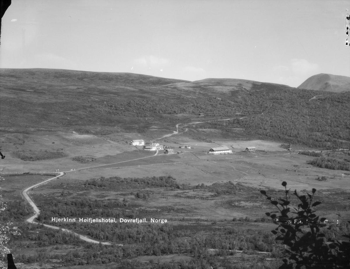 Dovrefjell, oversiktsbilde mot nordøst og Hjerkinn fjellstue. Påskrift: Hjerkinn Høifjeldshotel, Dovrefjell, Norge