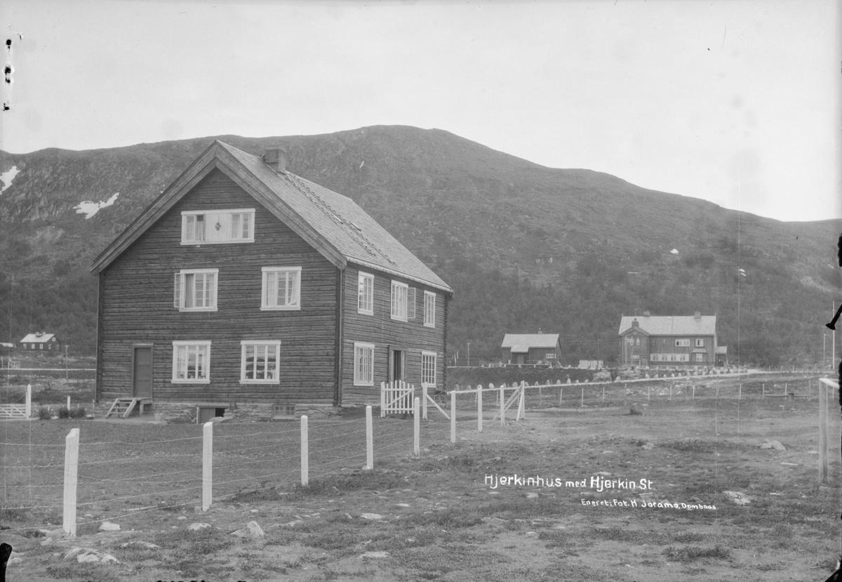 Dovrefjell, Hjerkinnhus med Hjerkinn stasjon bak til høyre. Påskrift: Hjerkinhus med Hjerkin st.