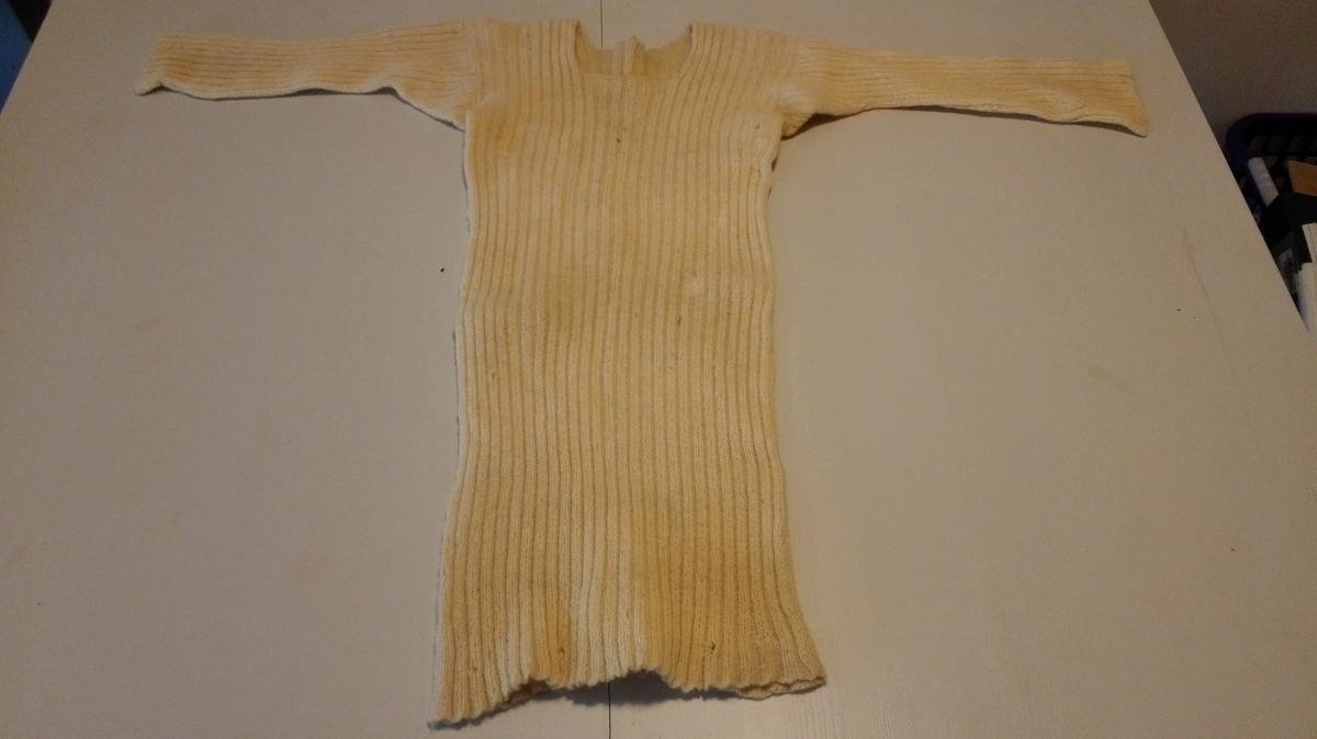 Form: Rett bol, 3/4 erme, firkanta  halsringning. Kile i armhola under ermet.