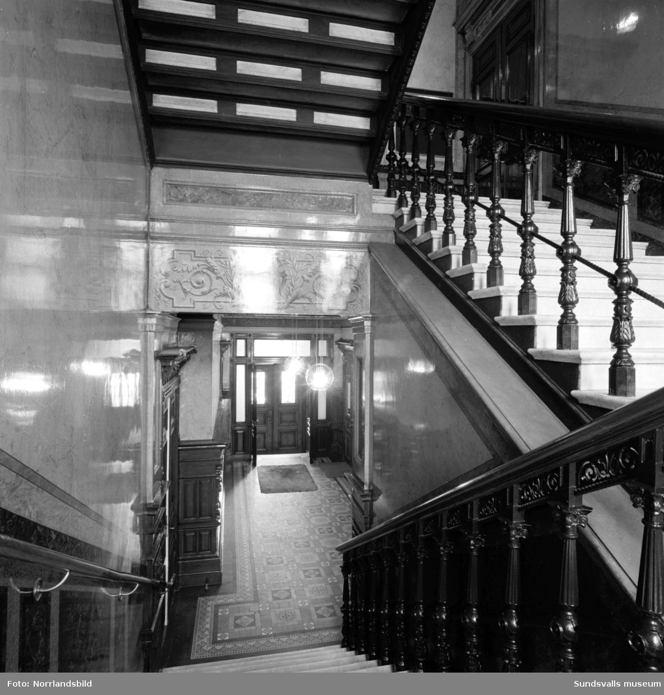 Hedbergska huset vid Kyrkogatan 26, exteriörbild samt två interiörer från det vackra trapphuset.