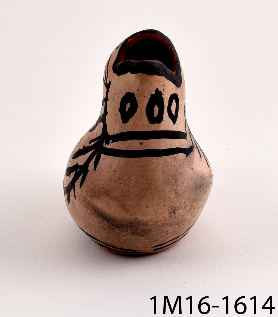 Kanna i form av en keramikfågel som även är utformad som en tillbringare. Fågeln är vitmålad med svart dekor bestående av bland annat prickar och ränder.