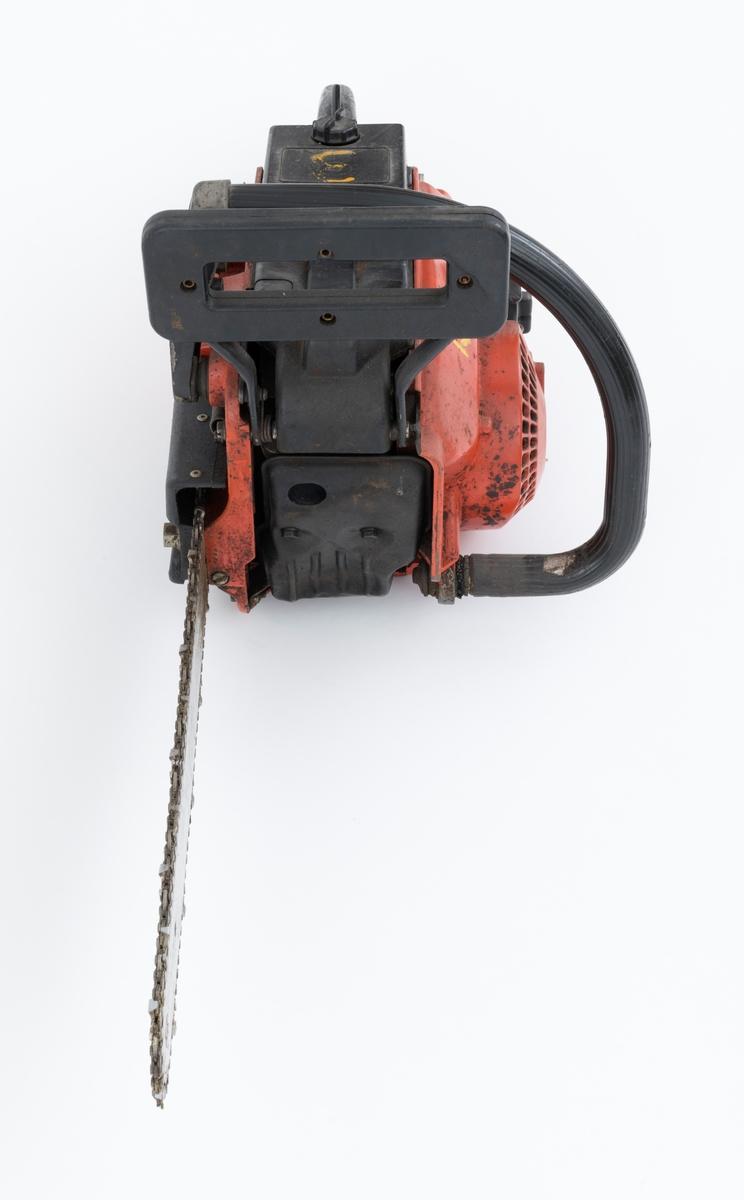 Motorsag av typen Jo-Bu LP5BS med påmontert sverd og sagkjede.  Sverddeksel og deksler over sylinder og forgasser / luftfilter er utført i svart plast.    Foran den fremre håndtaksbøylen er det påmontert en vernebøyle/ venstrehåndsbeskytter med kjedebrems. På det bakre håndtaket er det  påmontert høyrehåndsvern. En annen sikkerhetsanordning er gasshendelsperren i det bakre håndtaket.  Saga er videre utstyrt med avvbrierte håndtak, gummidemping mellom håndaktene og sagkroppen, for å redusere vibrasjonene fra motorsagmotoren.   Olje- og drivstoffpåfyllingen gjenfinnes ved siden av starthuset. Stoppebryter / kortslutningskontakt er montert på sagkroppen, venstre side av det bakre håndtaket. Startgass-sperren gjenfinnes på venstre side av det bakre håndtaket. Chokeknappen er plassert på høyre side av sagkroppen, like ved det bakre håndtaket.   Fra Jobus håndbok og andre kilder er følgende tekniske data gjengitt: Totaktsmotor på 48 kubikkcentimeter, 3,0 hestekrefter, vekt: 5,9 kilo med 32 centimeters skjæreutstyr, kjedehastighet 16-19 meter per sekund.
