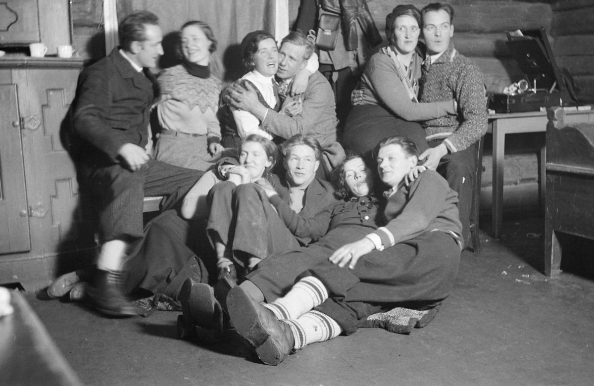 5 par på fest med grammafon, antagelig Skei, Gausdal