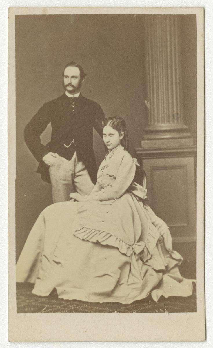 Porträtt av kronprins Fredrik och kronprinsessan Louise av Danmark.