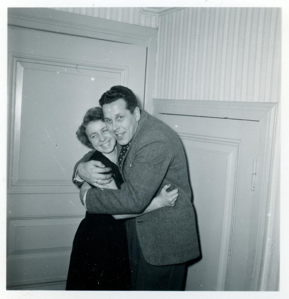 """""""Brallan"""" och Rut Andersson(gift med Tage """"Tarzan"""" som också jobbade på verkstaden) står och kramar om varandra. Fotografi från Monarks cykelverkstads personalfest."""