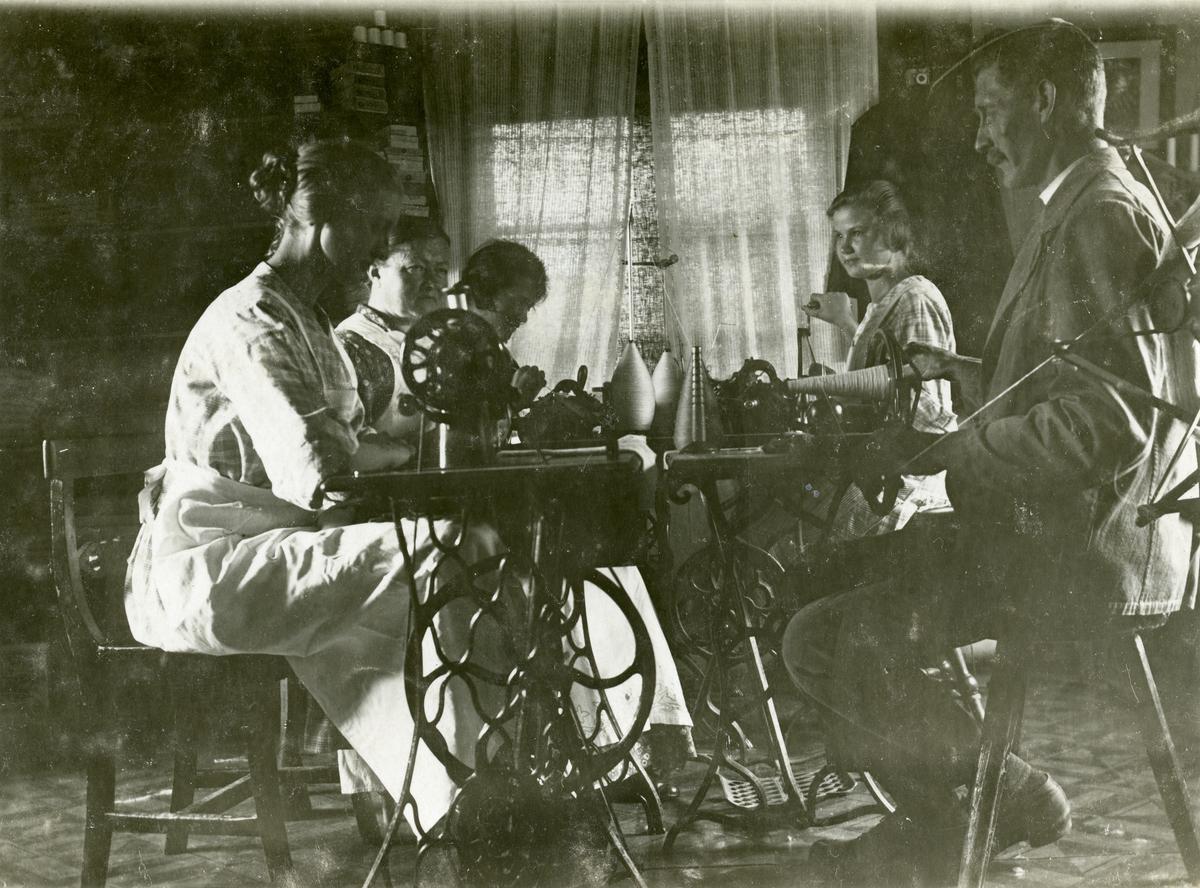 Sala kn, Kumla sn. Maskinstickningsaffär (eller rörelse) i Tändars, Ransta. Från vänster sitter Maria Pettersson - född Jansson, de tre övriga kvinnorna är elever.