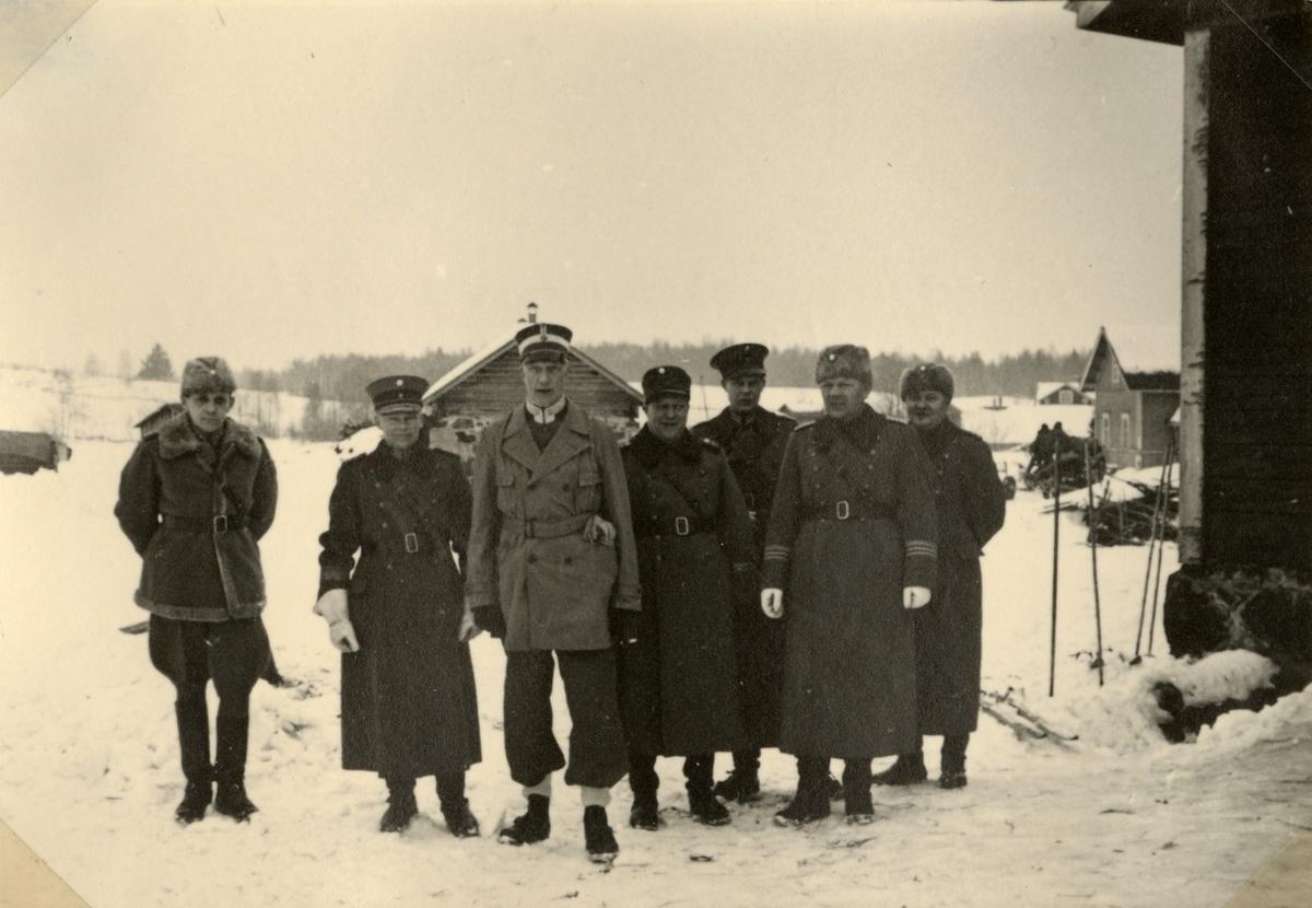 """Text i fotoalbum: """"Studieresa med general Alm till Finland 1.-12. mars 1939. Finska off av underhållsregementet. Överste Lagus, general Sarlin, general Alm, manor Ekenroth, kapten Beijer, överste Himonen, kapten Soininen."""""""