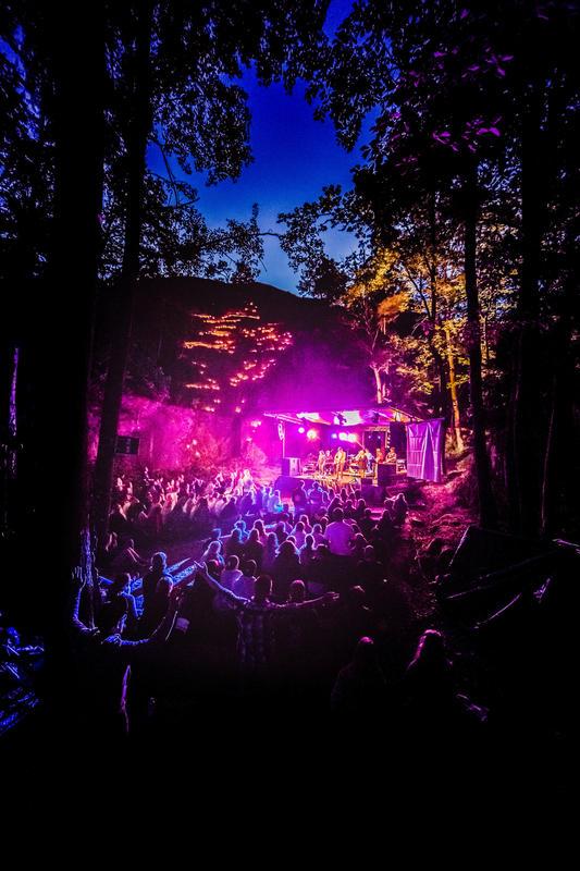 """På festivalområdet er det et eget friluftskapell, """"Fjellkapellet"""", hvor man ved hjelp av lyssetting blant annet holder stemningsfulle gudstjenester etter mørkets frembrudd. Foto: Haakon Sundbø (Foto/Photo)"""