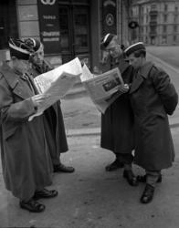 Fire soldater leser Arbeiderbladet på gata i Oslo. Bilde tat