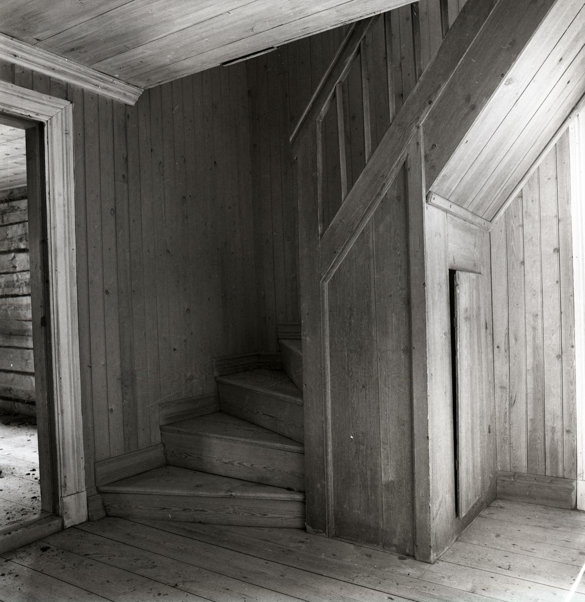 Nya Ett rum där allt är gjort i trä. Väggar, tak, trappa, golv, dörr NE-28