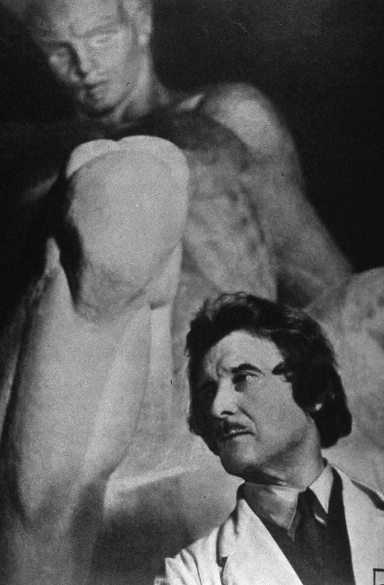 Skulptör Carl Eldh framför ett av sina verk. Carl Eldh har gjort statyn av Engelbrekt som står intill entrén till Heliga Trefaldighetskyrkan. Statys gjordes till Riksdagens 500-årsjubileum i Arboga 1935