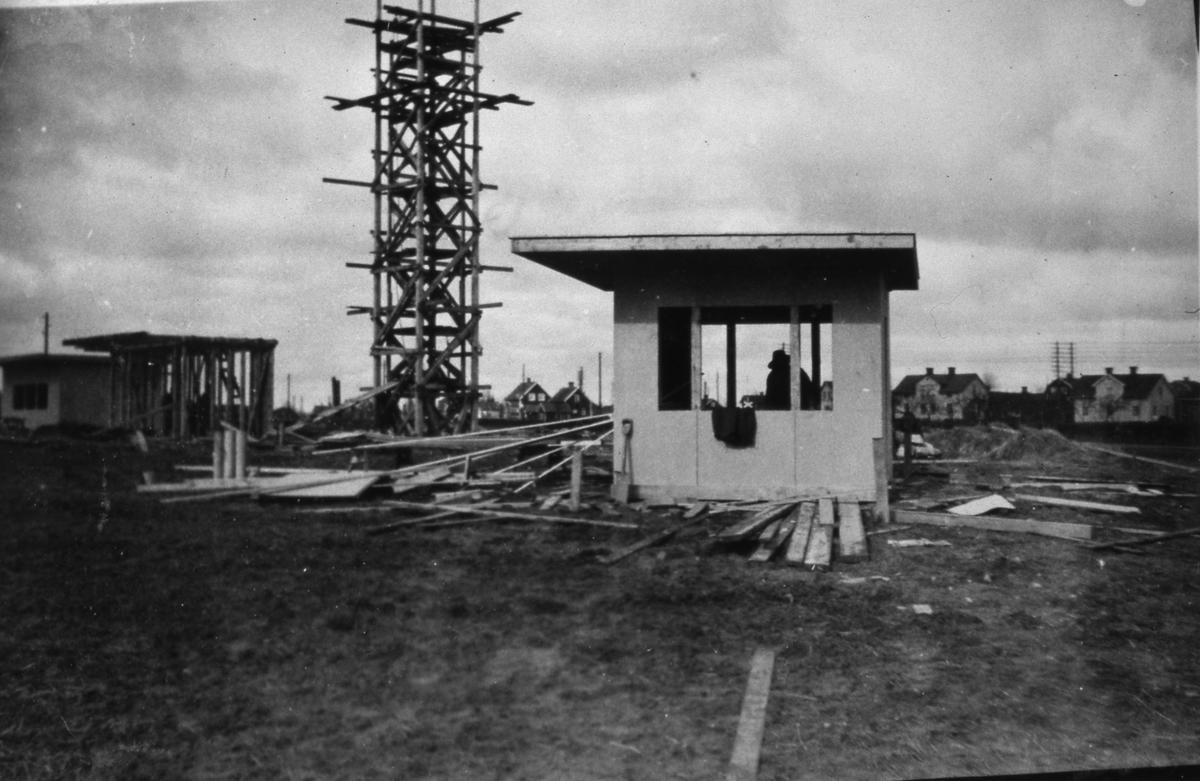 Obelisken och salubodar är under byggnation. Snart är det dags för Arbogautställningen! Bräder ligger på marken.