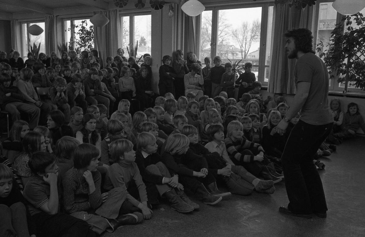 Arbetarnas Bildningsförbund, från Västerås, spelar teater i skolan. Elever i publiken.