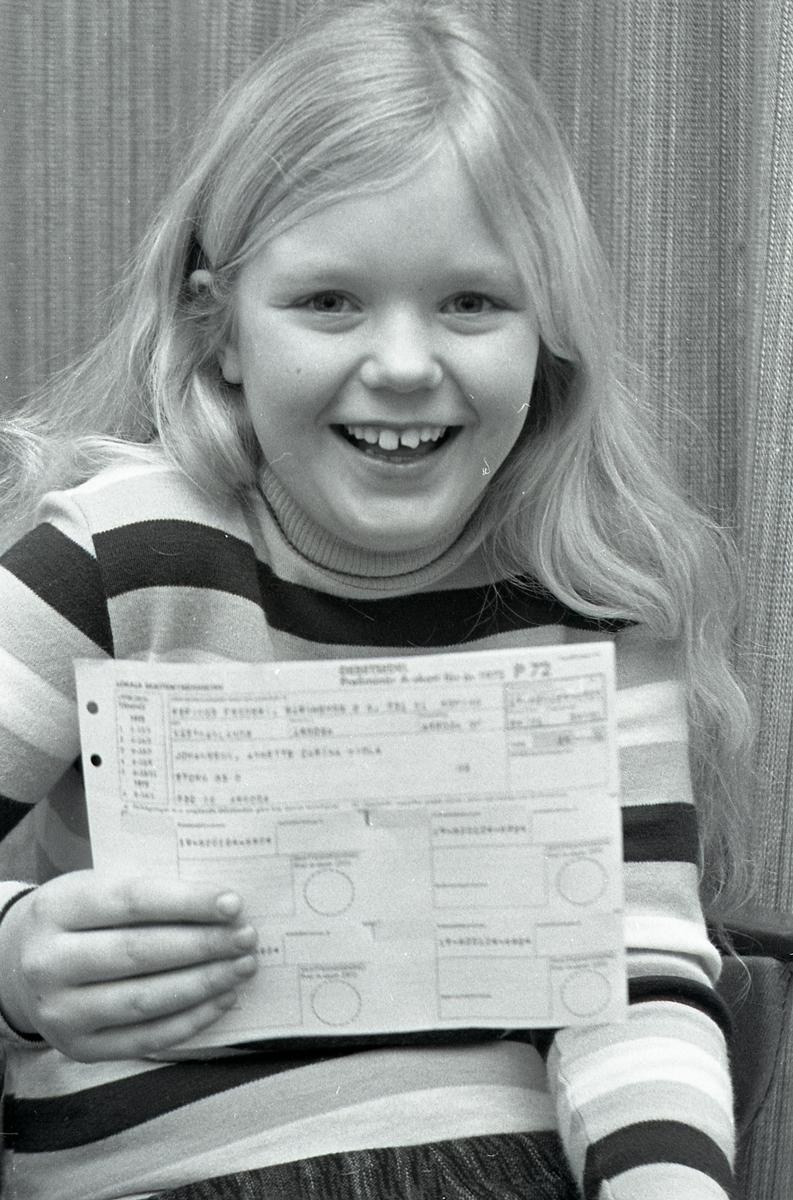 Annette Johansson, 10 år, har fått skattsedel  Flicka som håller i skattsedel