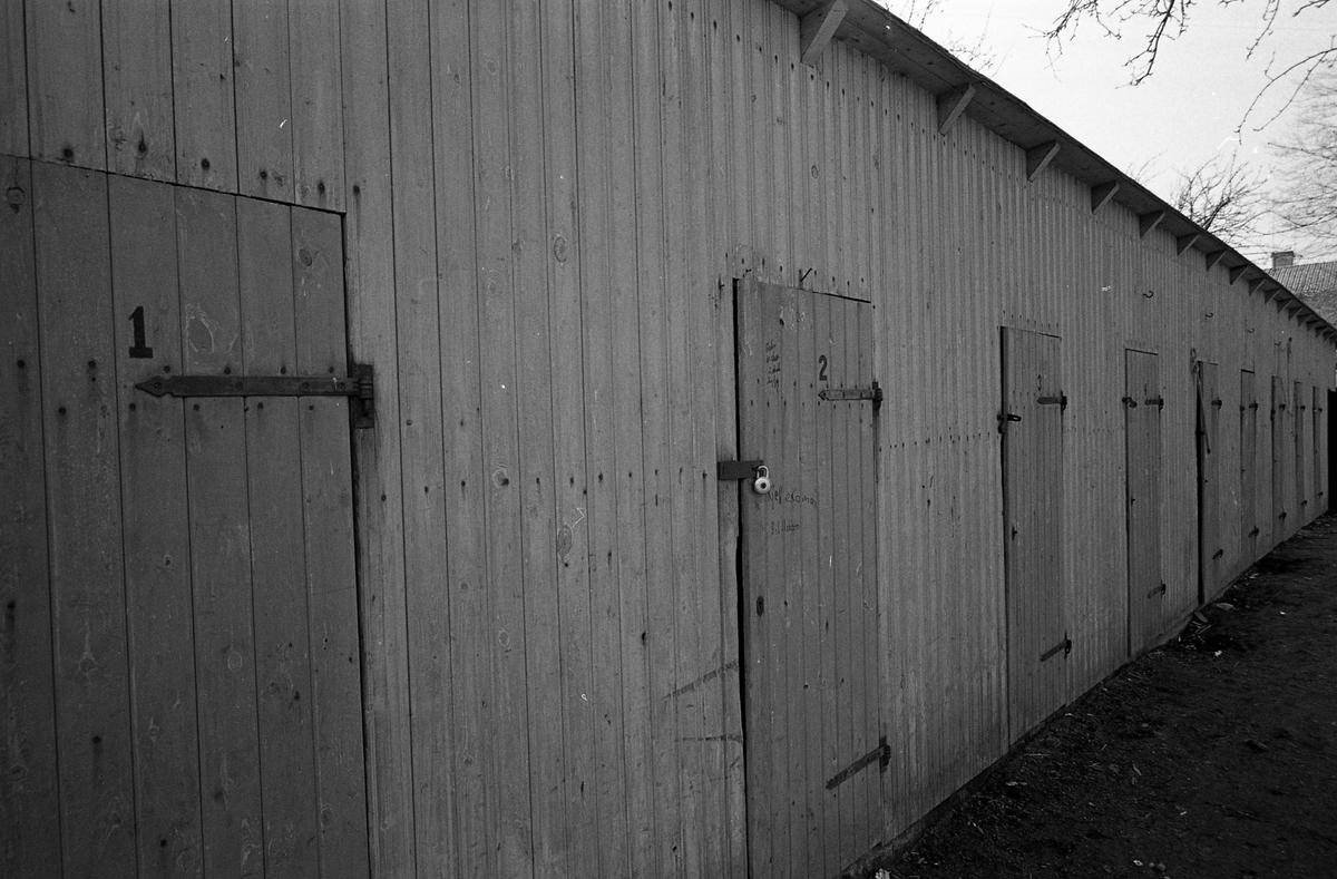 Förråd med nummer på dörrarna. Hänglås. Fotografens anteckning: Dokumentation av fastigheter i kvarteren söder och norr om ån_Bilder och beskrivning finns på Arboga Museum Äldre bebyggelse.
